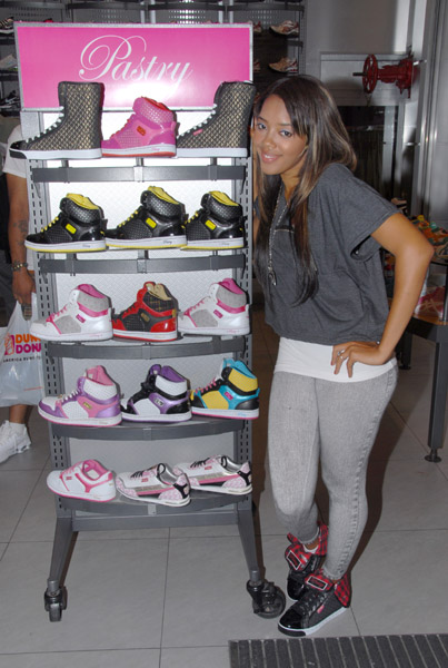 Angela Simmons Foot Locker Herald Square 01