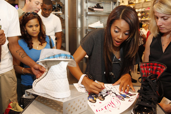 angela-simmons-foot-locker-herald-square-06