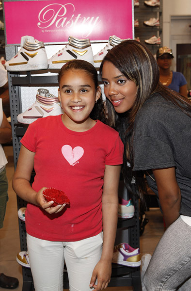 angela-simmons-foot-locker-herald-square-09